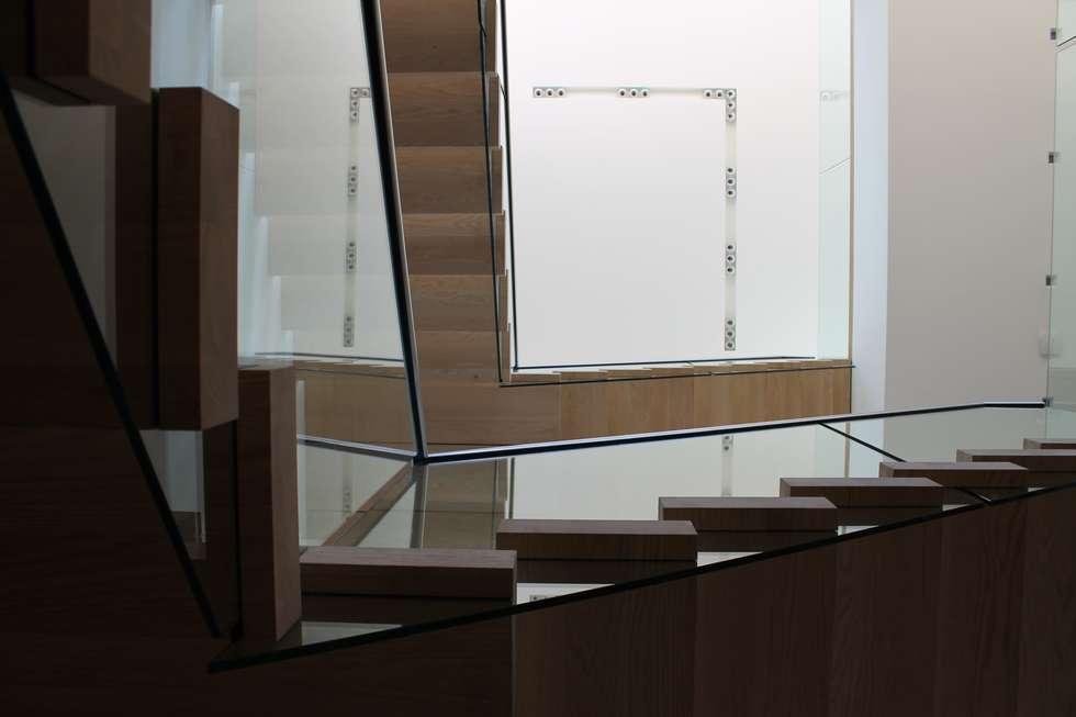 Foto s van een minimalistische gang hal trappenhuis zwevende