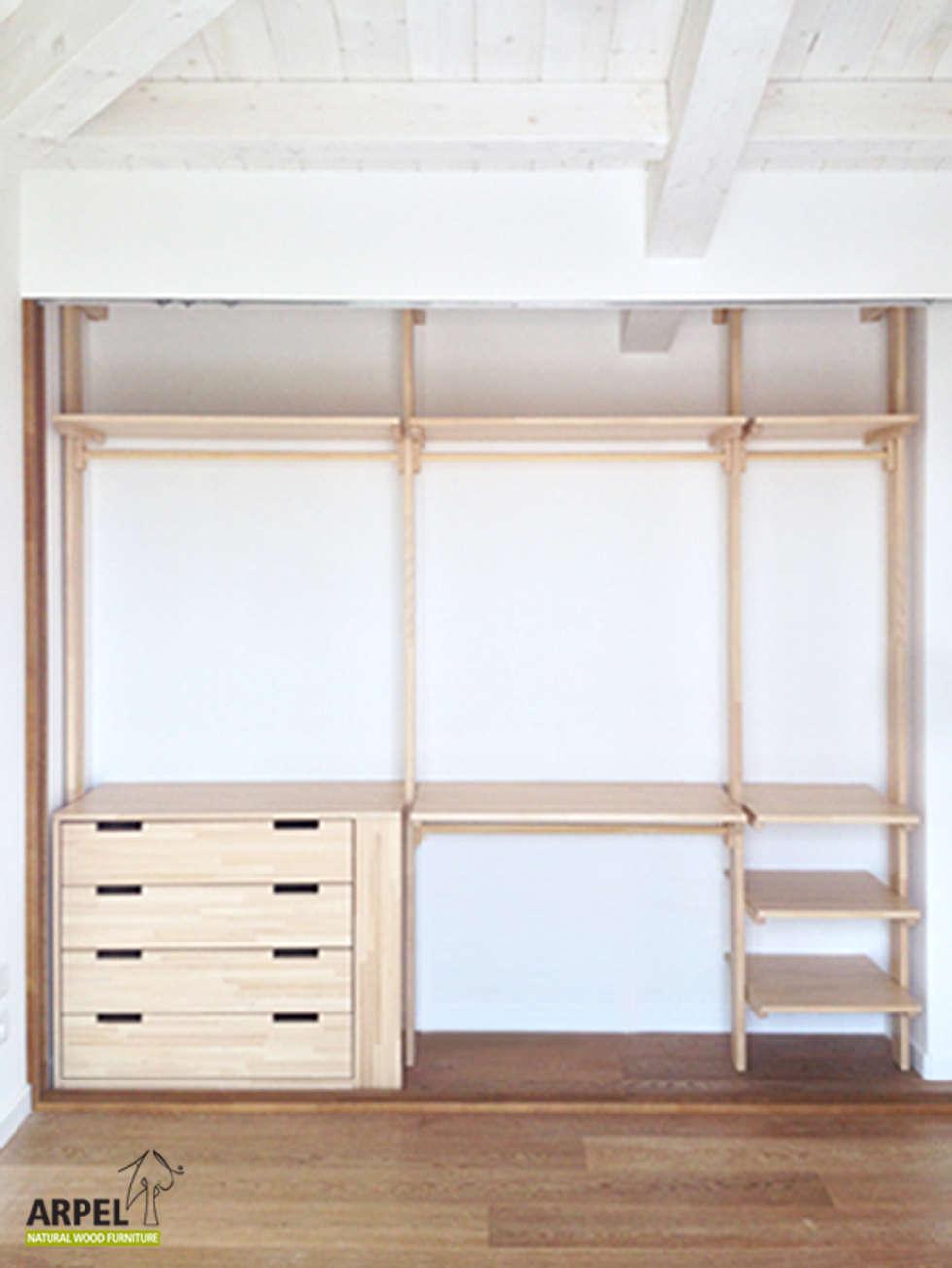 Interno cabina armadio con sistema a colonne: Camera da letto in stile in stile Asiatico di Arpel