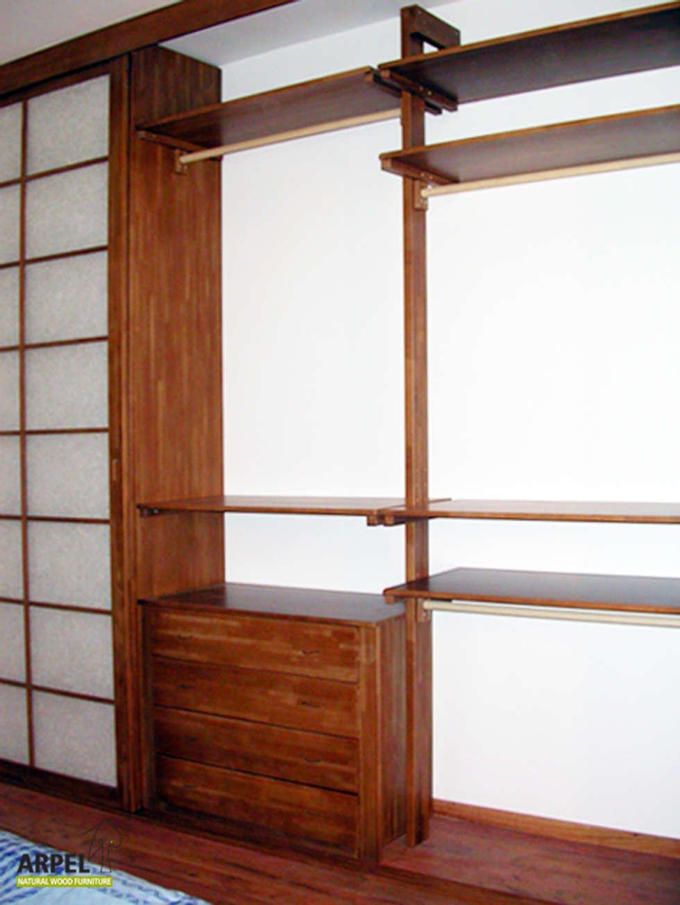 Interno cabina armadio con sistemi misti di divisori verticali e colonne: Camera da letto in stile in stile Asiatico di Arpel
