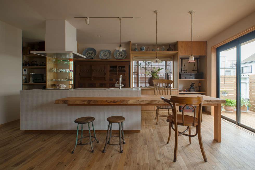 モザイクタイルのアイランドキッチン: スタジオ・スペース・クラフト一級建築士事務所が手掛けたダイニングです。