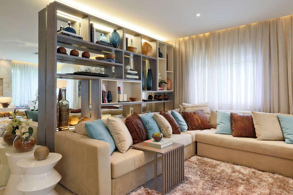 Salones de estilo moderno de Chris Silveira & Arquitetos Associados