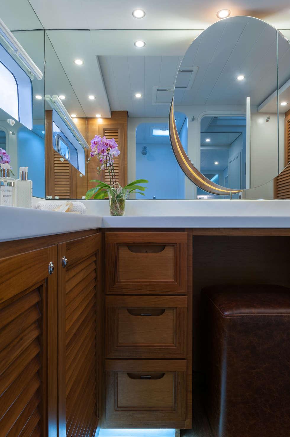 Main en suite bathroom: mediterranean Yachts & jets by ONNAH DESIGN