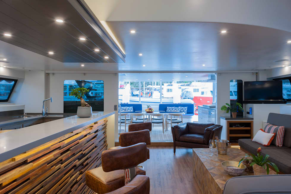 View towards outdoor dining area: mediterranean Yachts & jets by ONNAH DESIGN