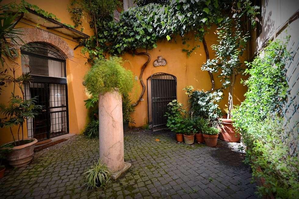 Ingresso del Palazzo: Giardino in stile in stile Mediterraneo di Studio Fori