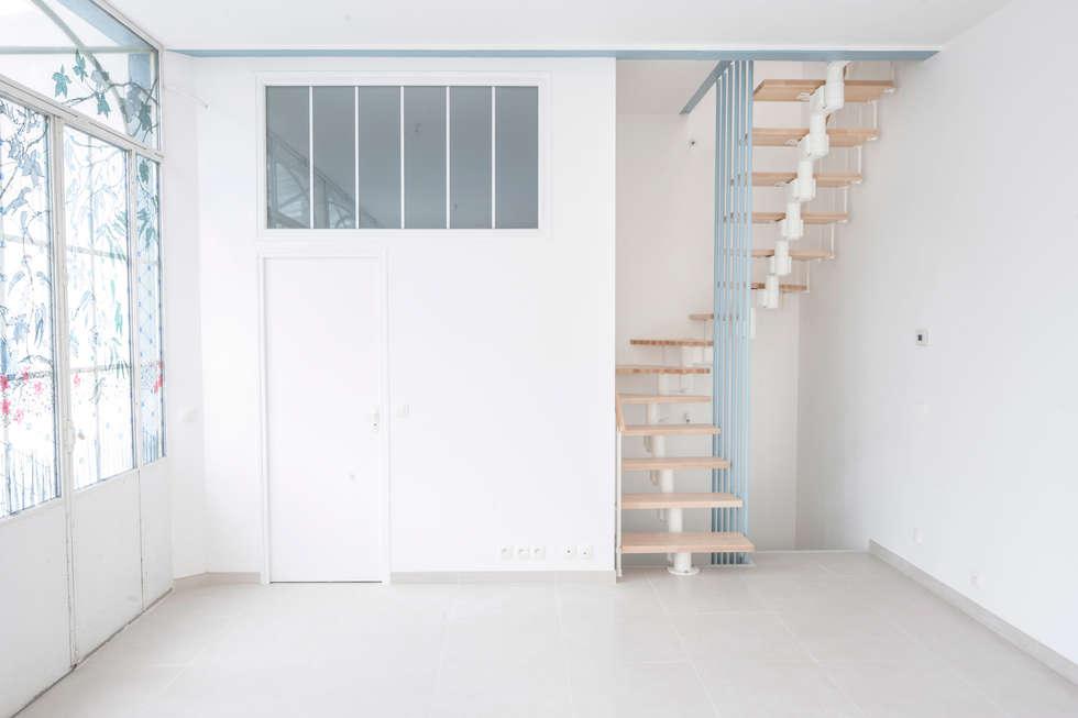 Salle de bain et escalier: Couloir et hall d'entrée de style  par Olivier Olindo Architecte