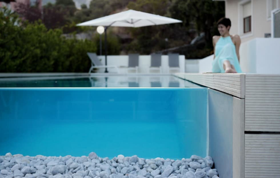 Infinity pool: Piscina in stile in stile Moderno di DomECO