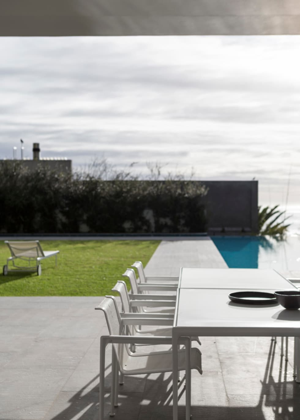 Outside dining area: modern Garden by Jenny Mills Architects
