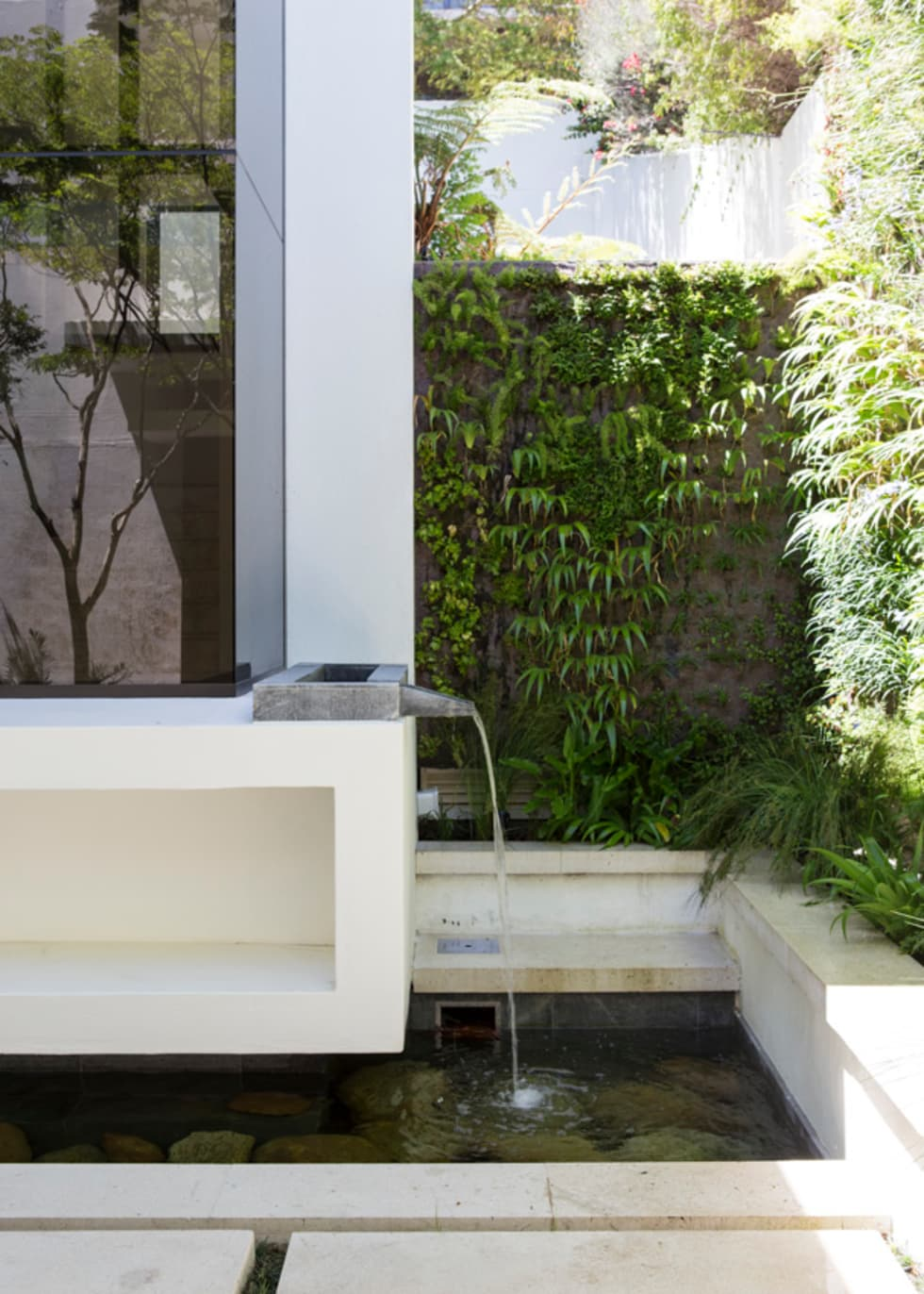 The water feature: modern Garden by Jenny Mills Architects