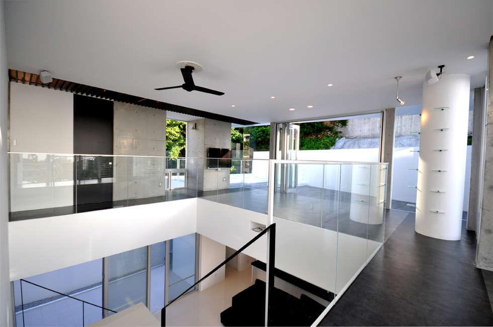 Salas multimedia de estilo moderno por 門一級建築士事務所