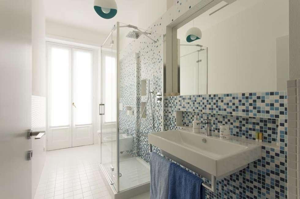 Cascata di azzurro bagno in stile in stile moderno di luigi