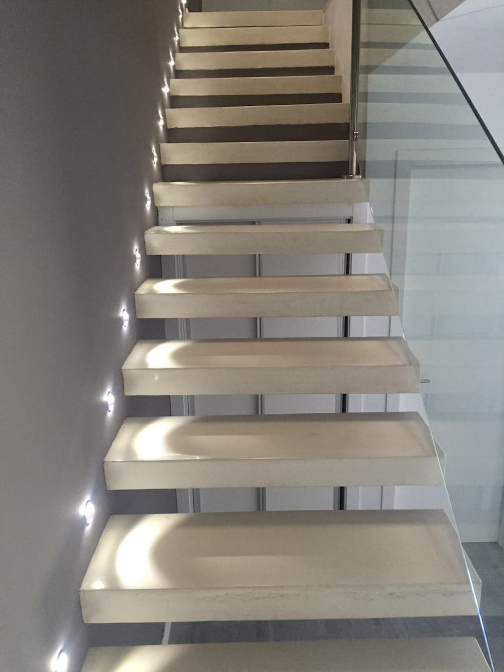 escaleras mediante peldaos volados de hormign pasillos vestbulos y escaleras de estilo moderno de