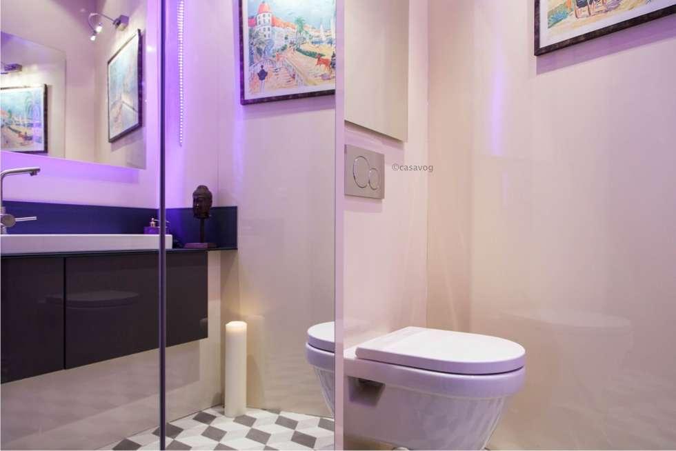 Cabinet de toilettes: Salle de bains de style  par Casavog