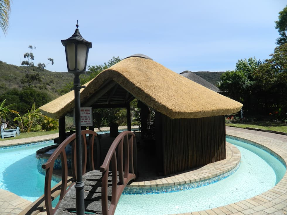 Thatch Lapa & Bar by Pool: rustic Pool by Cintsa Thatching & Roofing