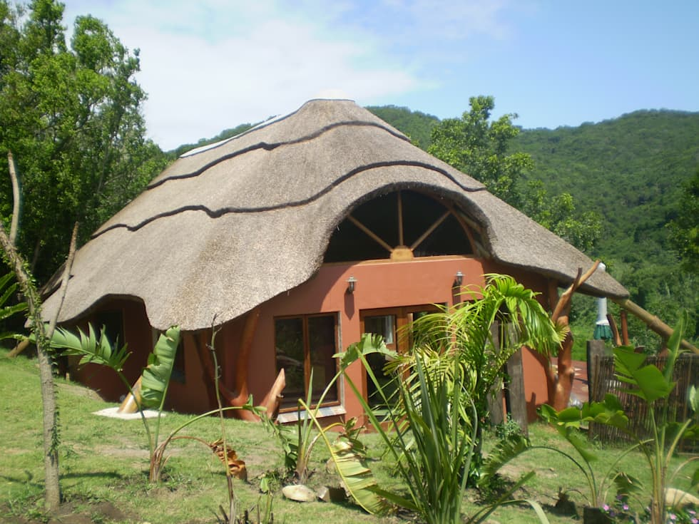 Thatched Roof on Residential Home: rustic Houses by Cintsa Thatching & Roofing