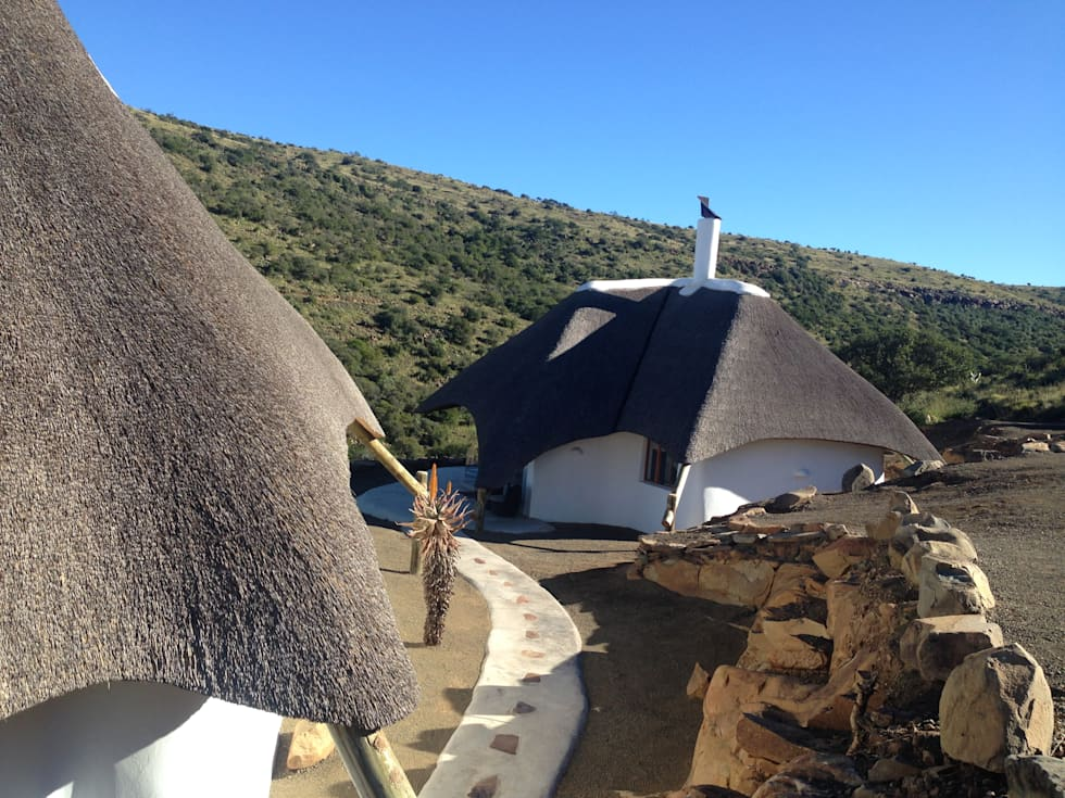Thatched Cottage at Game Lodge: rustic Houses by Cintsa Thatching & Roofing