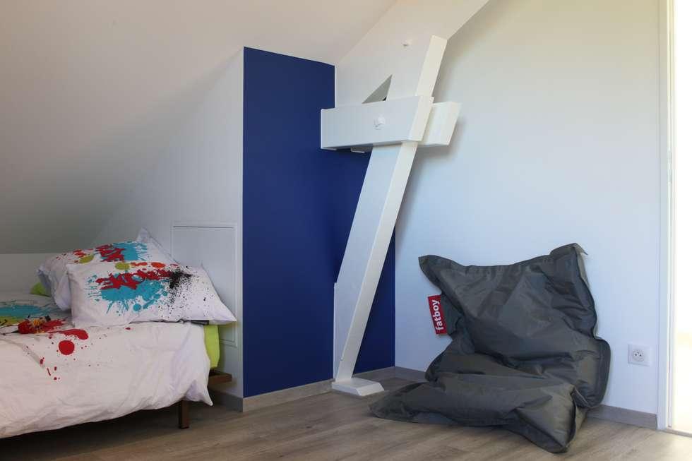 Chambre enfant en bas de pente: Chambre d'enfant de style de style Moderne par AMNIOS