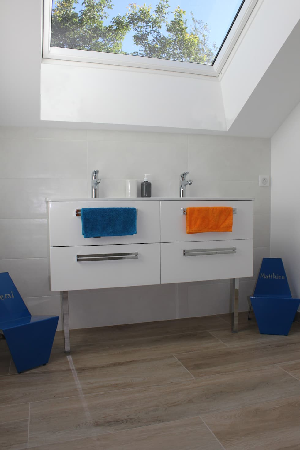 Salle de bains enfant: Salle de bains de style  par AMNIOS