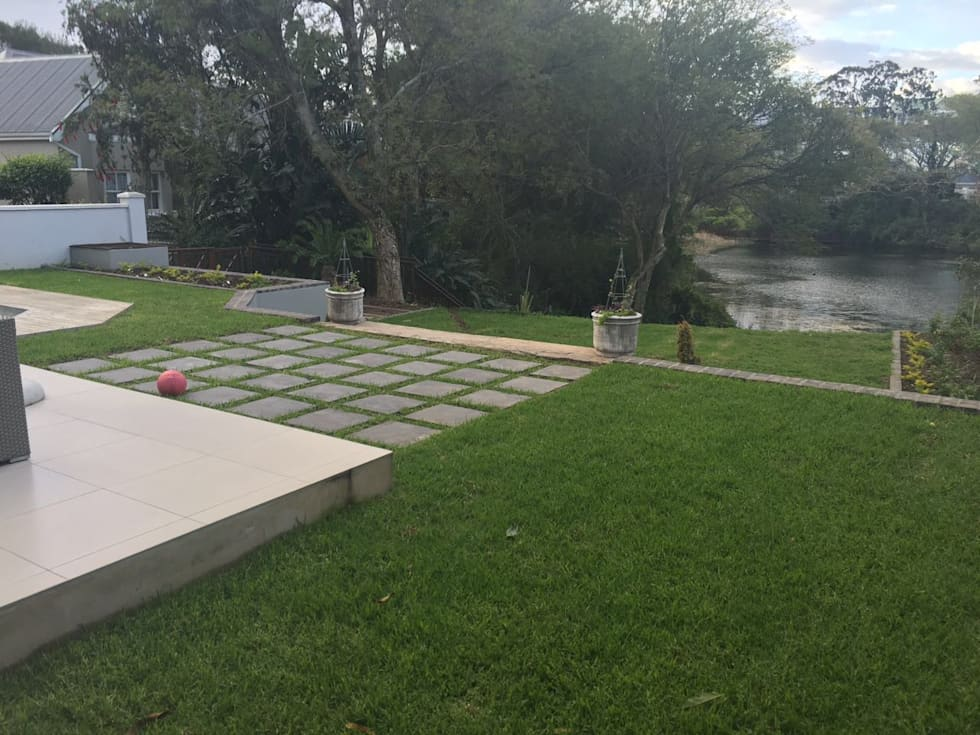 pavers: minimalistic Garden by Helen Sparg Landscape Designer