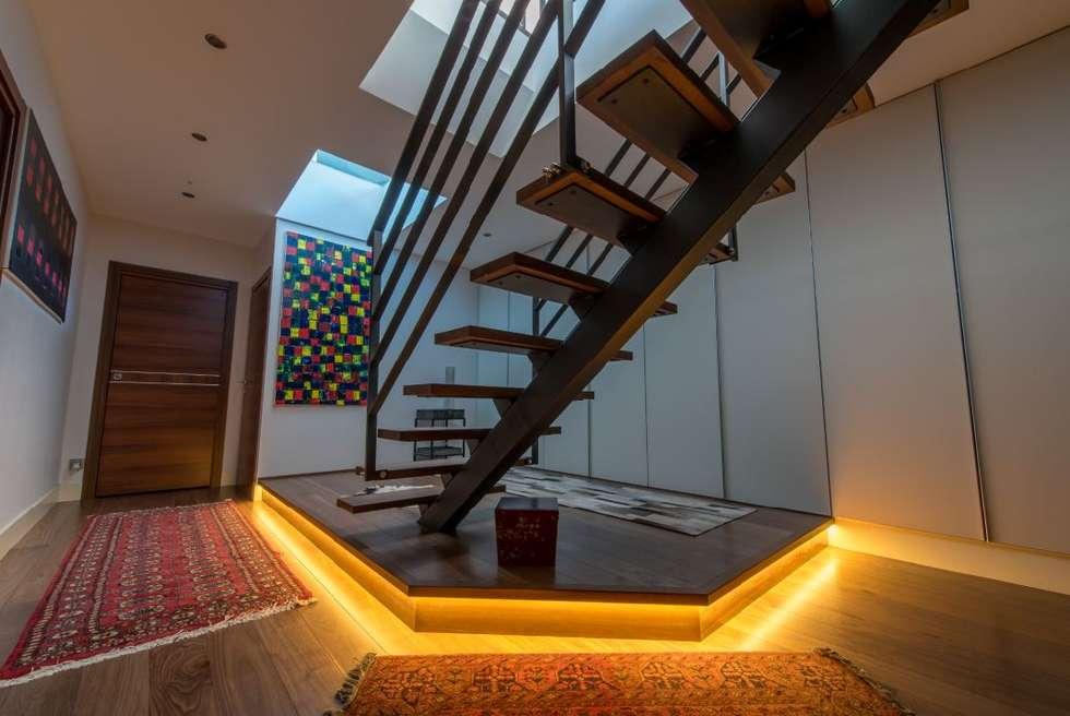 Villa Lisa - Escalier: Couloir et hall d'entrée de style  par EURL Atelier d'Architecture Michel Nicoletti