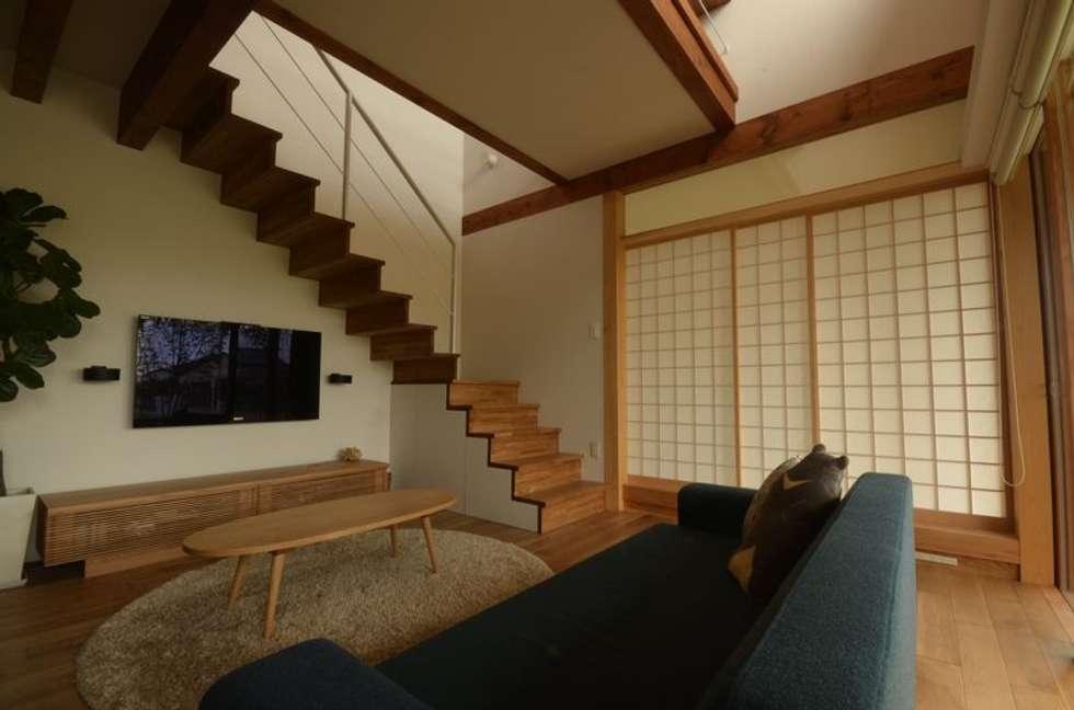 若葉いろの家: FrameWork設計事務所が手掛けたリビングです。