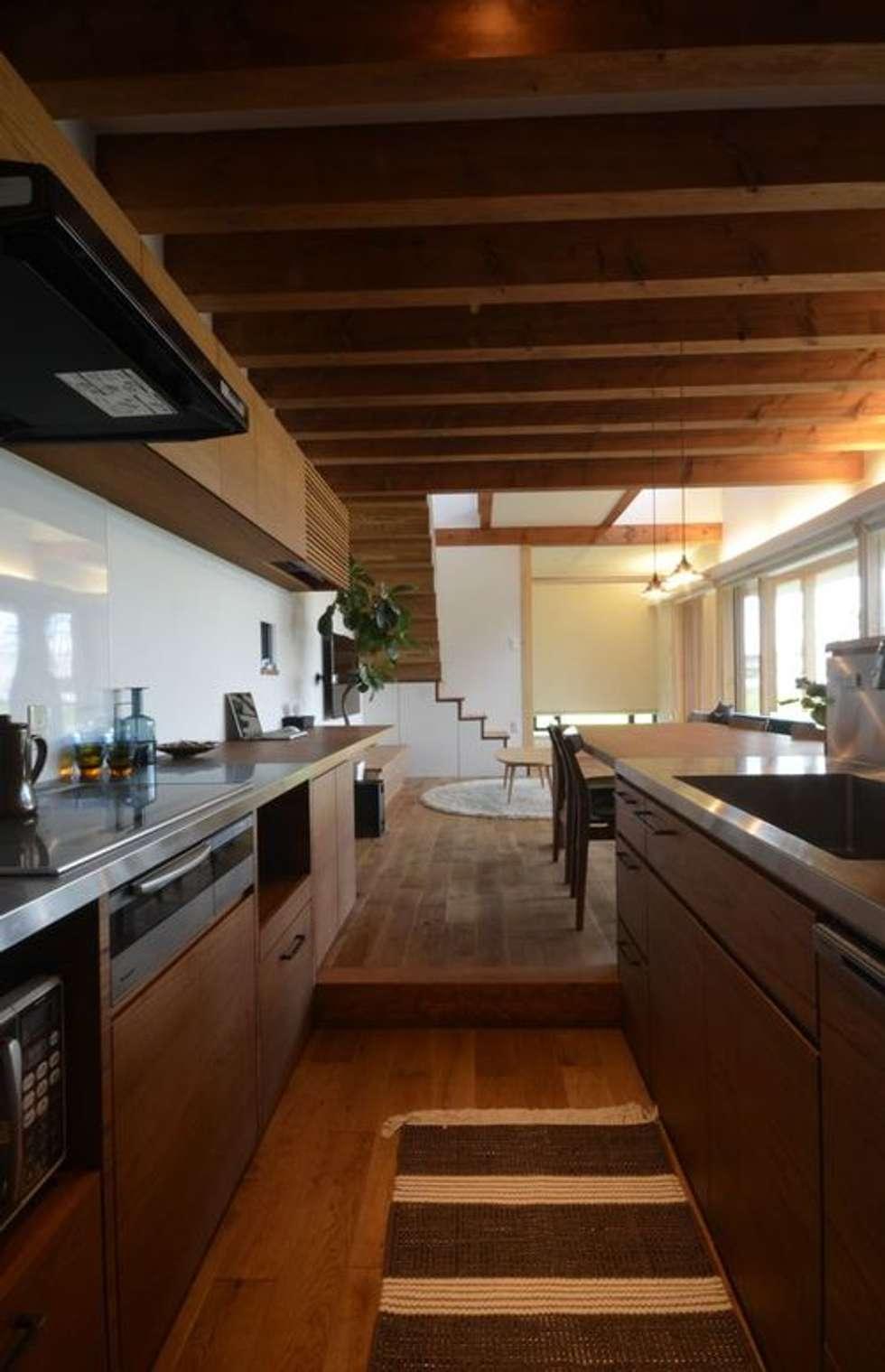 若葉いろの家: FrameWork設計事務所が手掛けたキッチンです。