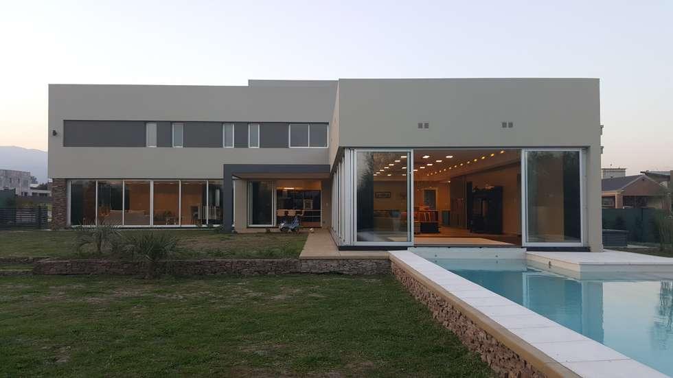 Contrafrente: Casas de estilo moderno por Saleme Sanchez Arquitectos