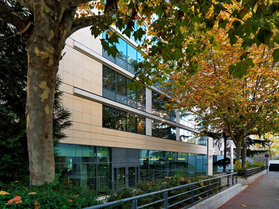 Parigi Les Vallois  - complesso di edifici residenziali e commerciali: Complessi per uffici in stile  di Grassi Pietre srl