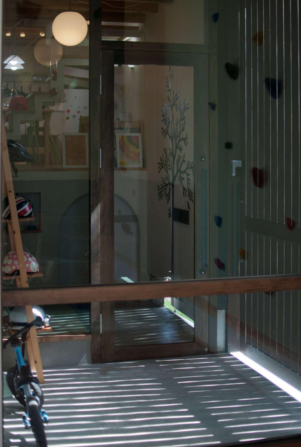 おやまっのいえ: FrameWork設計事務所が手掛けた廊下 & 玄関です。