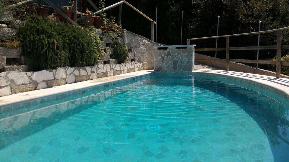 Realizzazione piscina con palladiana anticata: Piscina in stile in stile Rustico di Cava di Trani