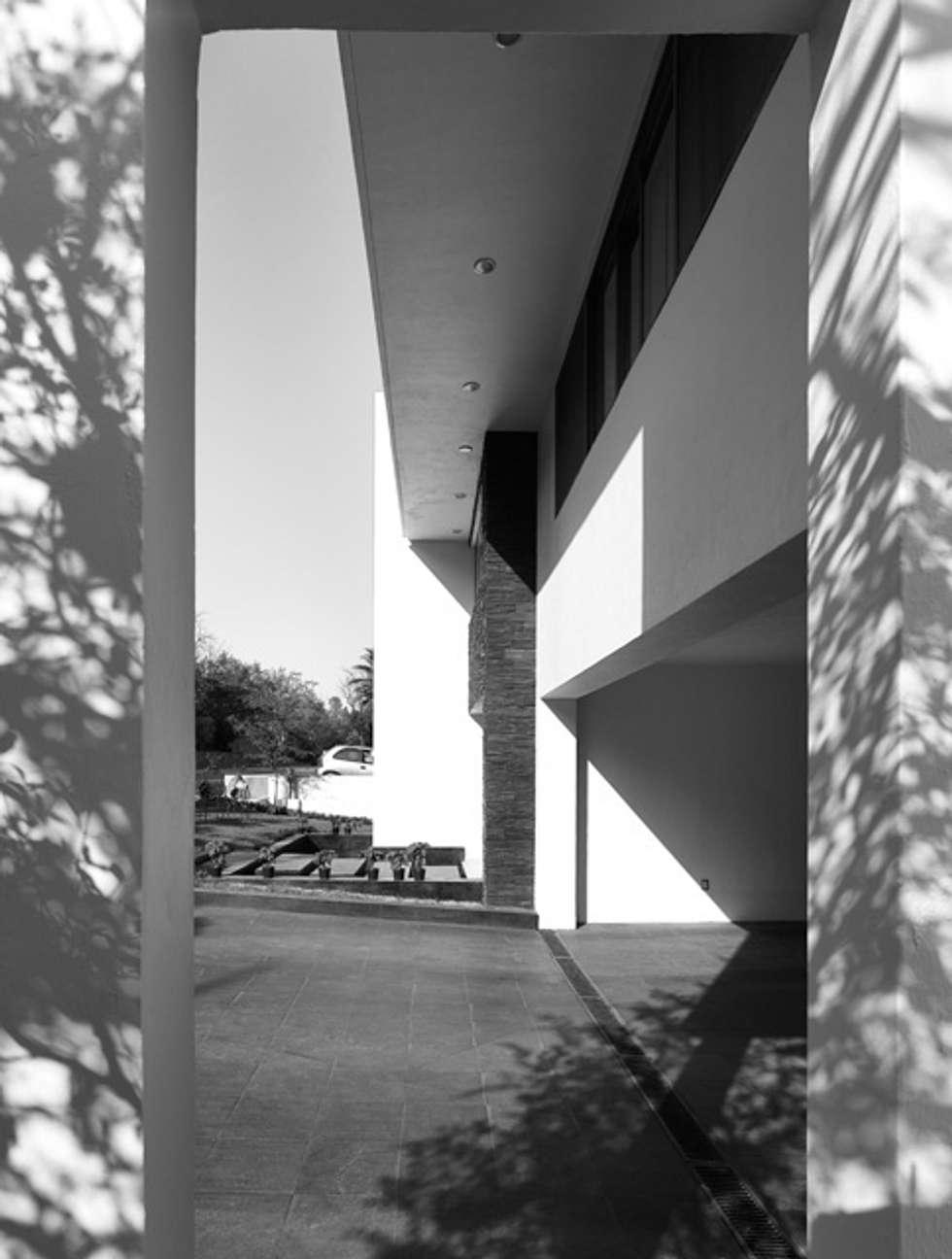 FACHADA LATERAL: Casas de estilo moderno por Excelencia en Diseño