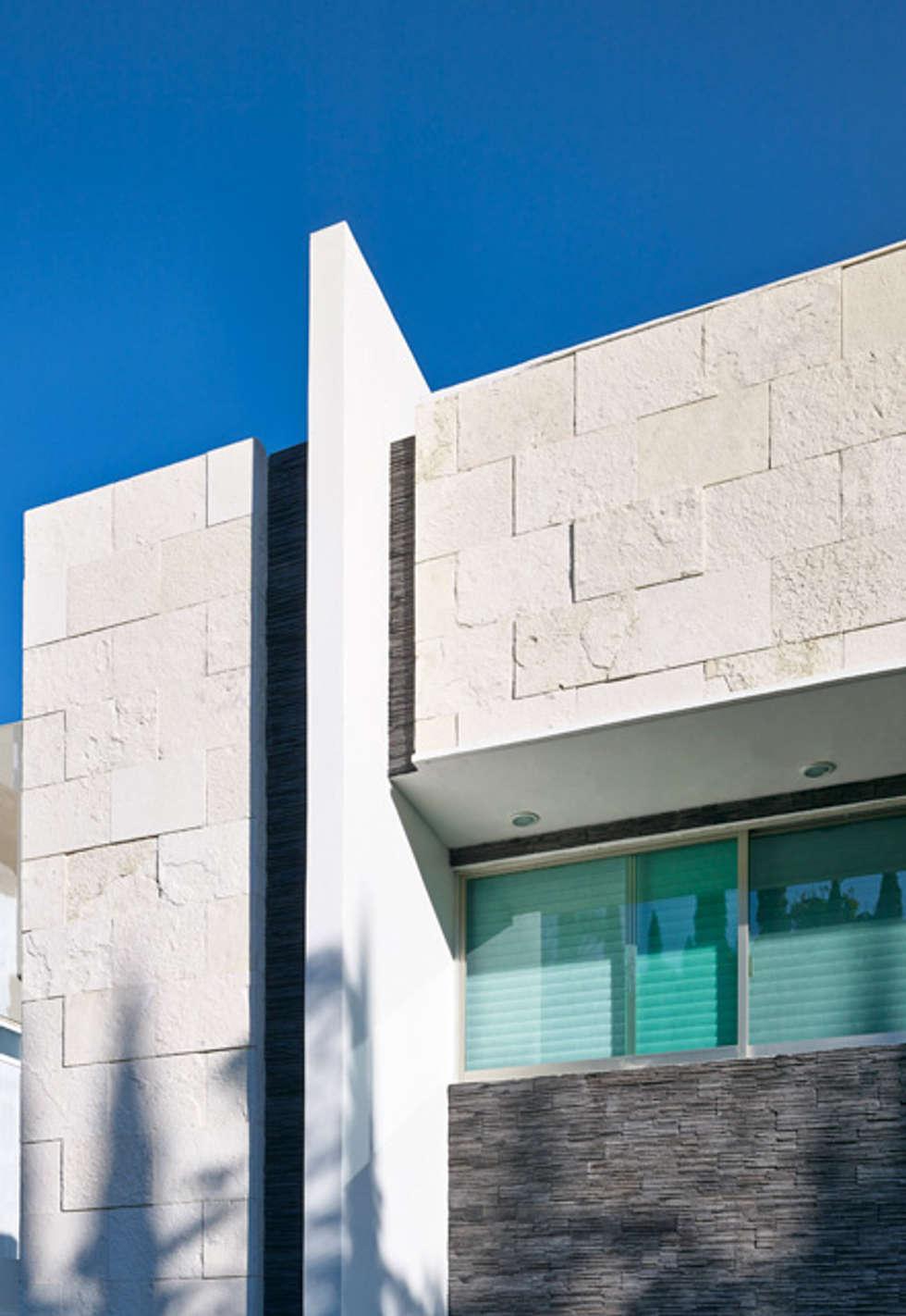 FACHADA DE PIEDRA: Casas de estilo moderno por Excelencia en Diseño