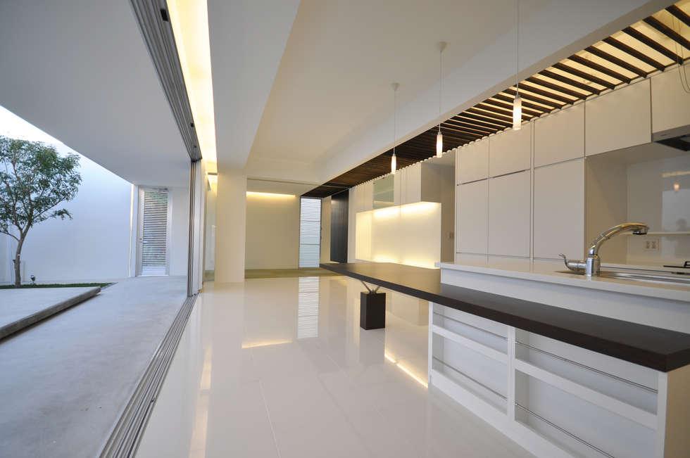 Salas de estilo moderno por 門一級建築士事務所