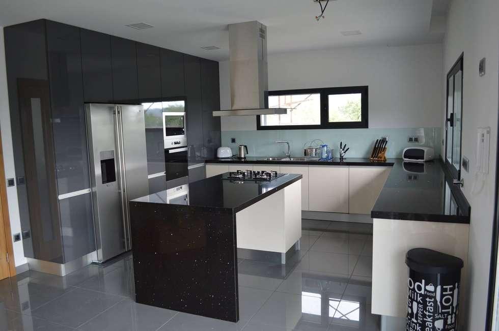 Ilha de cozinha: Cozinhas modernas por Ansidecor