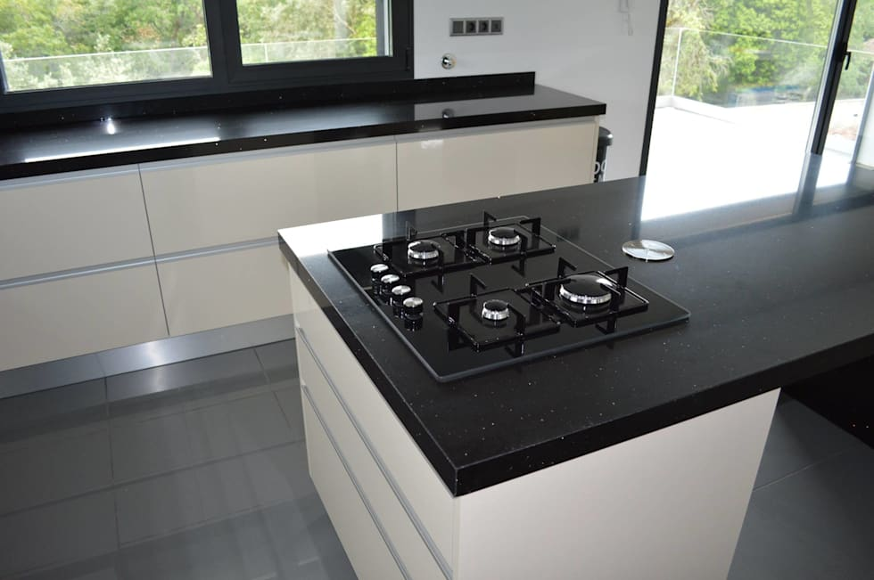 Ilha com placa a gas: Cozinhas modernas por Ansidecor