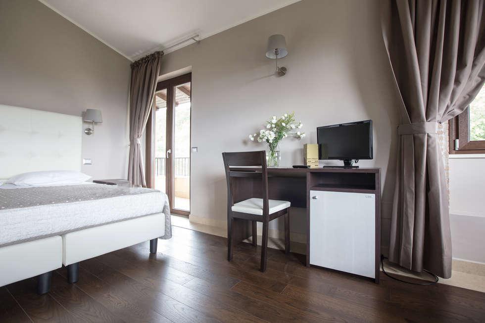Scrivania con vano frigobar-desk: camera da letto in stile in stile ...