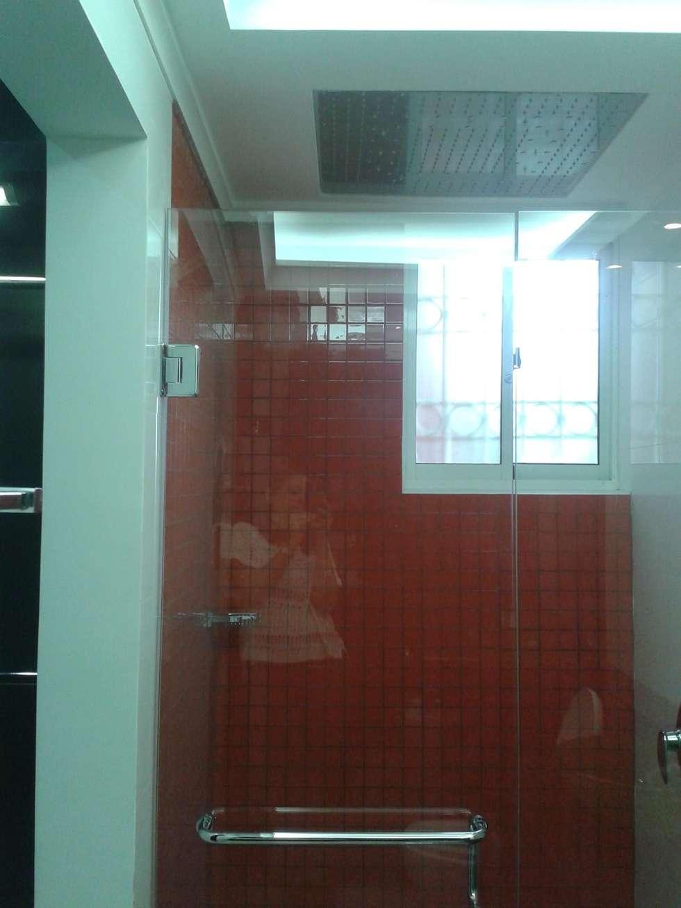 BAÑO AUXILIAR COLORIDO : Baños de estilo minimalista por CelyGarciArquitectos c.a.