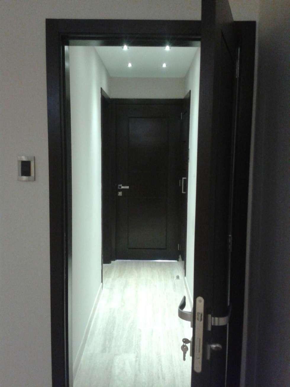 AREA PASILLO HACIA AREA PRIVADA: Pasillos y vestíbulos de estilo  por CelyGarciArquitectos c.a.
