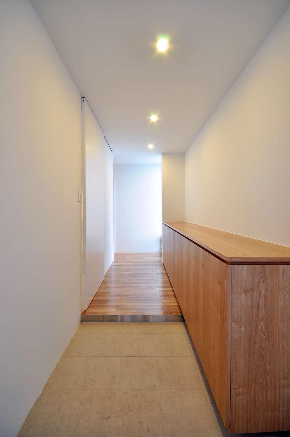 UHR-HOUSE: 門一級建築士事務所が手掛けた玄関・廊下・階段です。