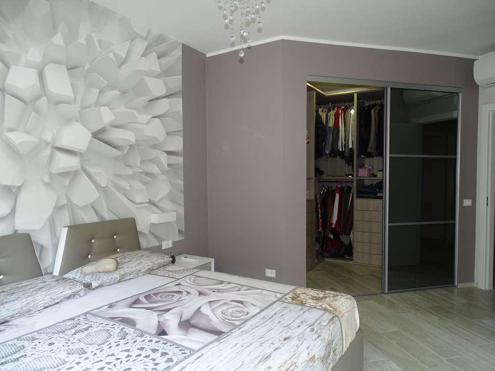 Camera matrimoniale con cabina armadio: Camera da letto in stile in stile Moderno di NicArch