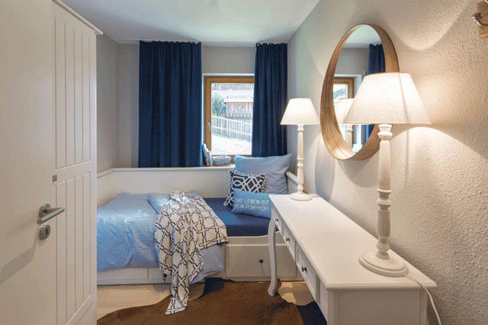 Schlafzimmer Landhausstil Blau #20: Gästezimmer Skandinavisch In Weiss Blau: Landhausstil Schlafzimmer Von  Homemate GmbH
