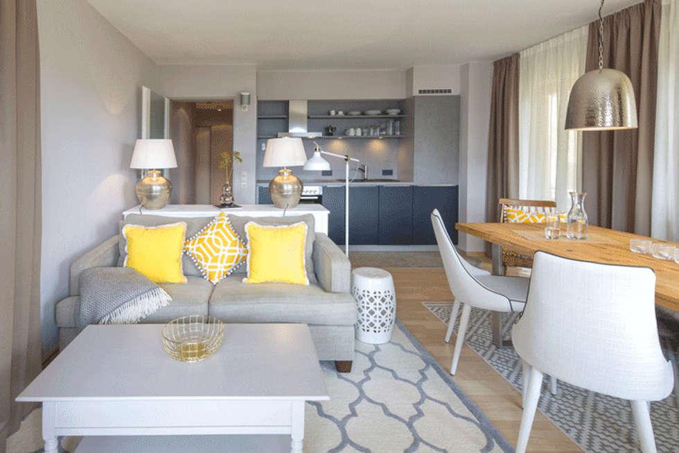 Wohnbereich in beige, gelb und blau: landhausstil wohnzimmer von ...