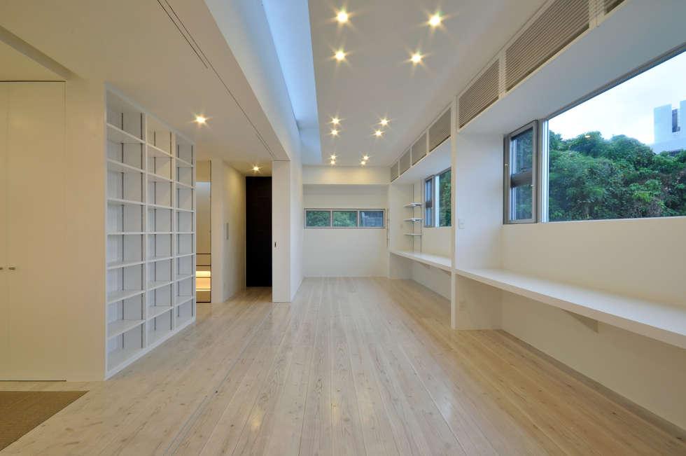 Dormitorios infantiles de estilo moderno por 門一級建築士事務所