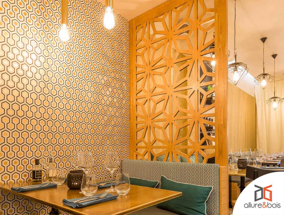 Espace VIP au sein d'un restaurant: Bars & clubs de style  par Allure et Bois