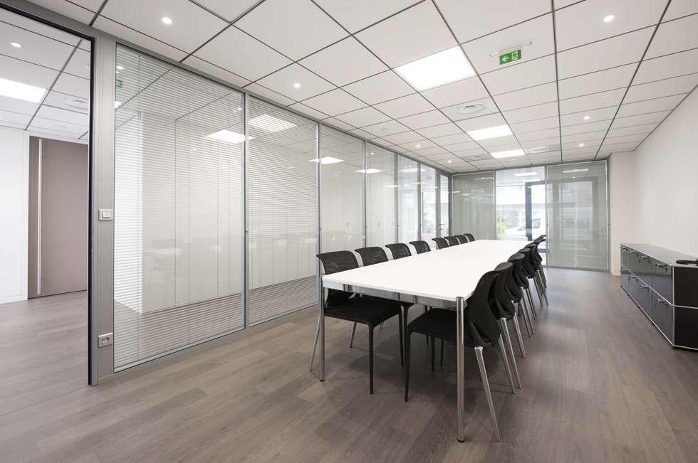 Salle de réunion ouverte sur l'espace de travail: Bureaux de style  par réHome