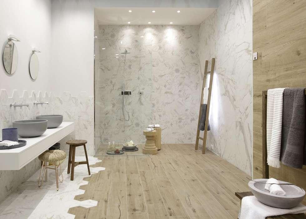 Badkamer met detailering in de betegeling: moderne badkamer door