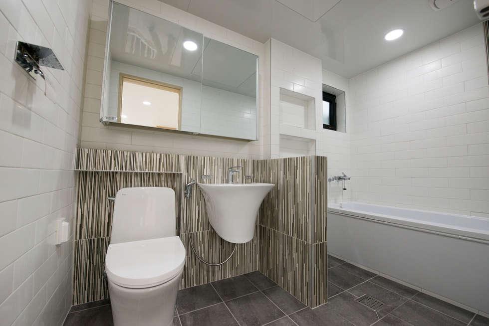 증산리 주택 H-4: 피앤이(P&E)건축사사무소의  화장실