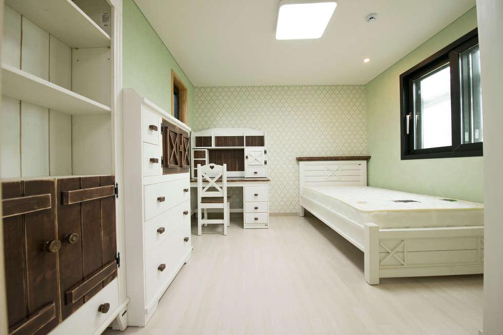 증산리 주택 H-4: 피앤이(P&E)건축사사무소의  침실