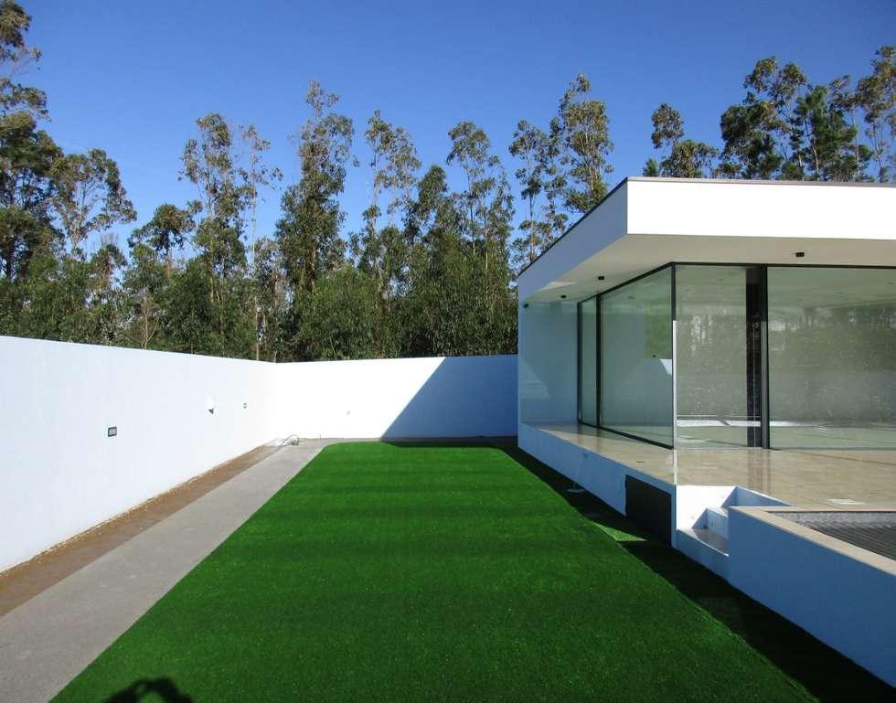Jardins modernos por Utopia - Arquitectura e Enhenharia Lda