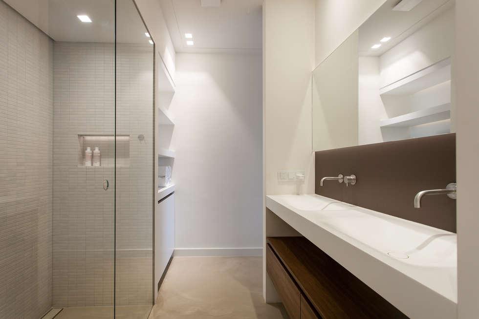 Badkamer aangrenzend aan slaapkamer: moderne badkamer door bob