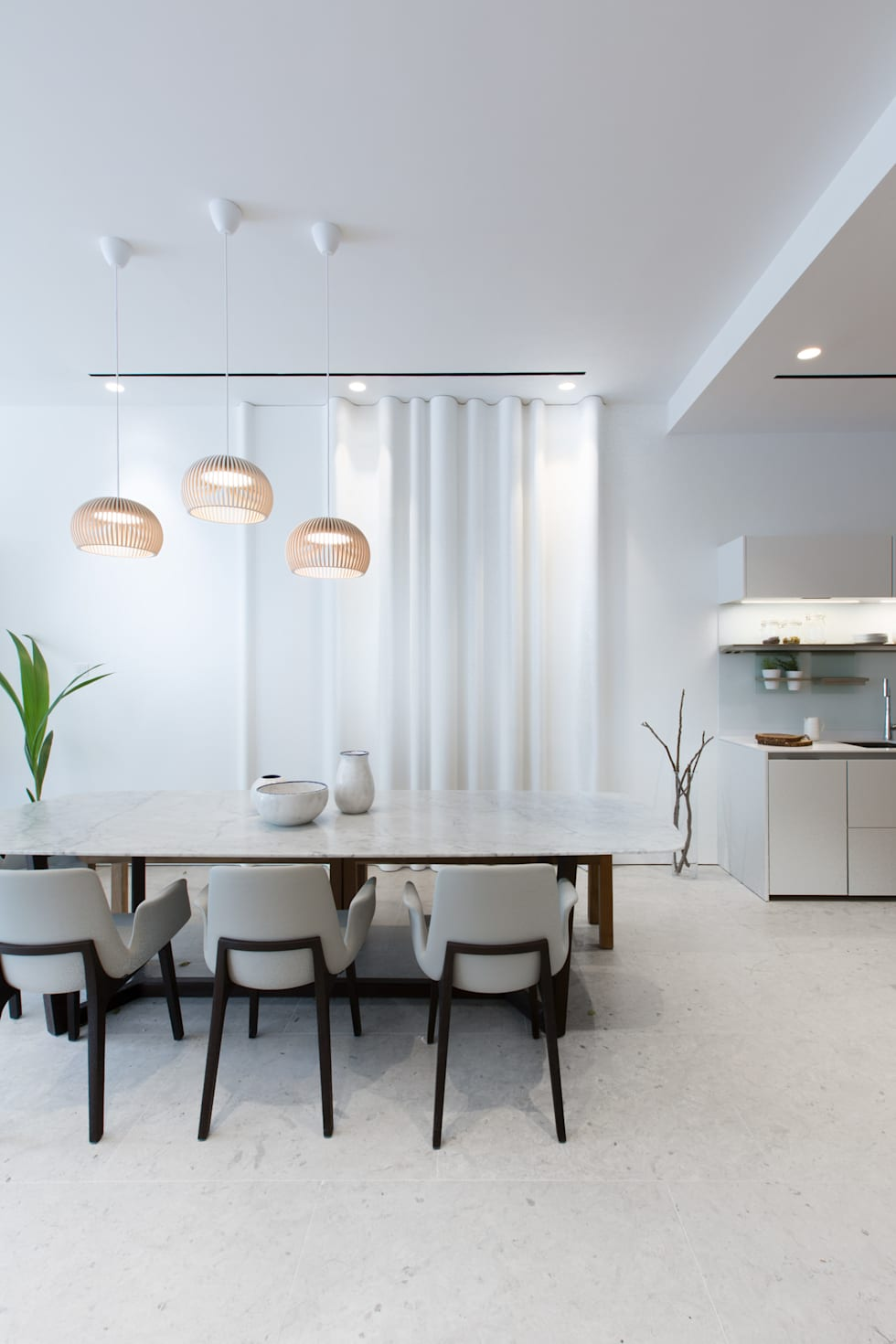 Minimalist Dining Room: minimalistic Dining room by Sensearchitects Limited